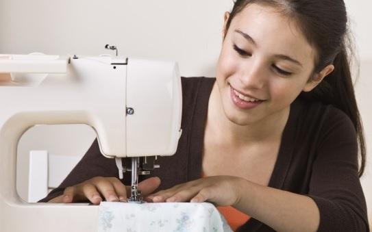 postura frente a la maquina de coser